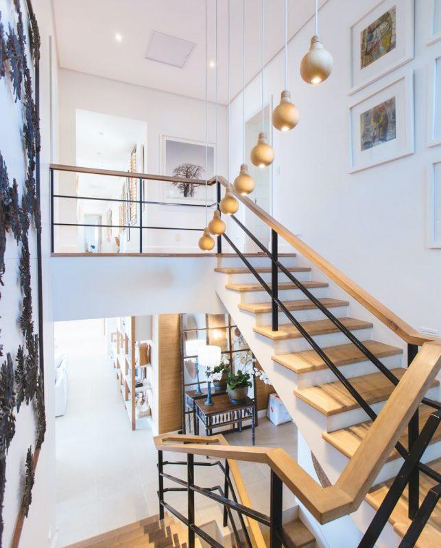 Trappa i hus med trätrappsteg
