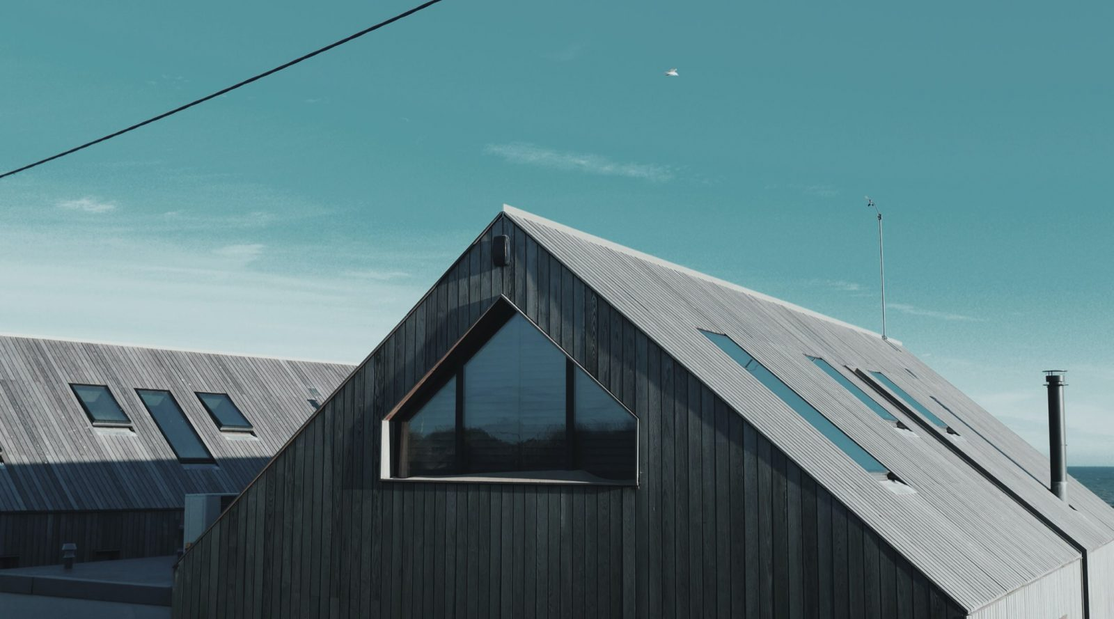 Hustak i trä med glasfönster